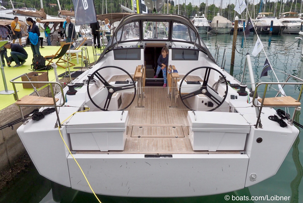 The cockpit with two storage boxes at the stern is divided into the work area for the crew aft and a lounge area for guests forward around the two folding tables.